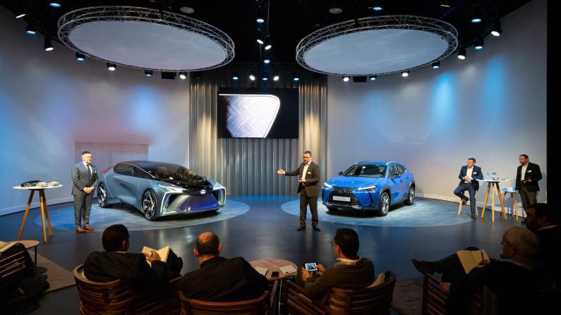 Lexus nostiprina pozīcijas elektrifikācijā ar UX 300e elektroauto un LF-30 konceptu