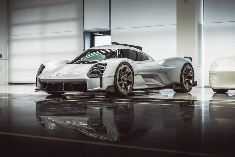 Porsche paver priekškaru slepenībā turētiem konceptauto