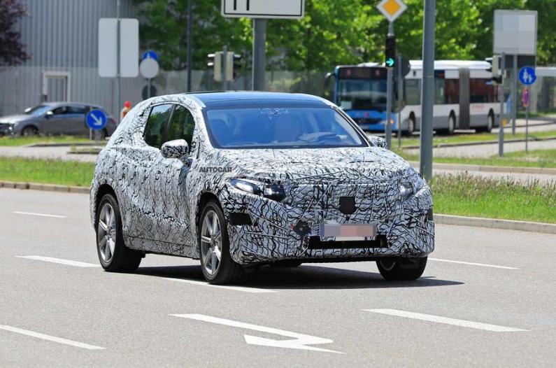 Elektriskais Mercedes-Benz SUV pirmo reizi manīts ielās
