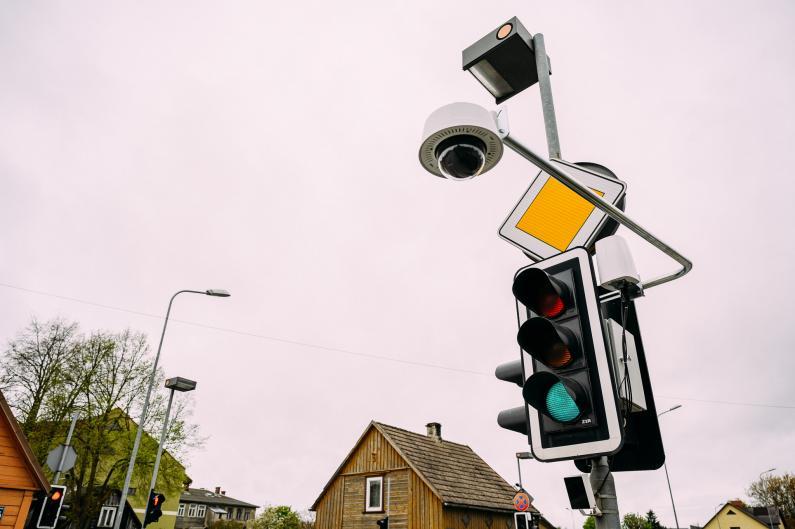 Inovatīvais luksofors Liepājā fiksē vidēji 400 sarkanās gaismas pārkāpumu mēnesī