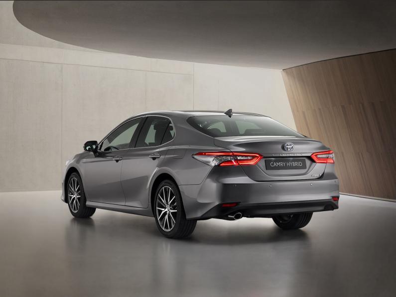 Toyota iepazīstina ar modernizēto Camry hibrīdu